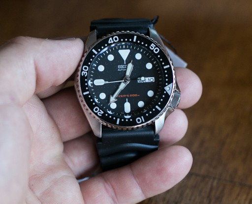 Seiko SKX007 Unboxing - Close shot of the front of the watch, showing bezel, hands and dial.