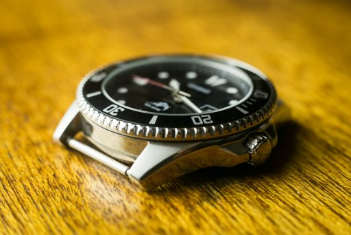 Casio MDV106 Review - Case Right